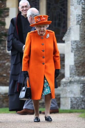 Возраст моде не помеха: два праздничных образа Елизаветы II (фото 2)