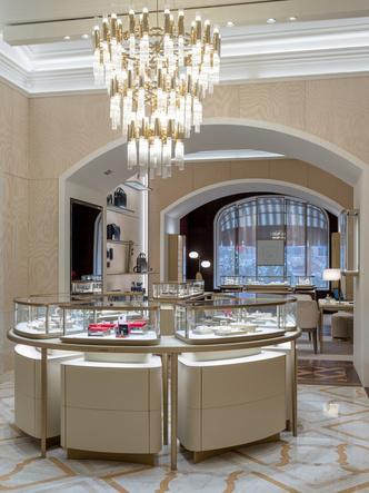 Обновленный бутик Cartier в ГУМе с барельефом (фото 3.2)
