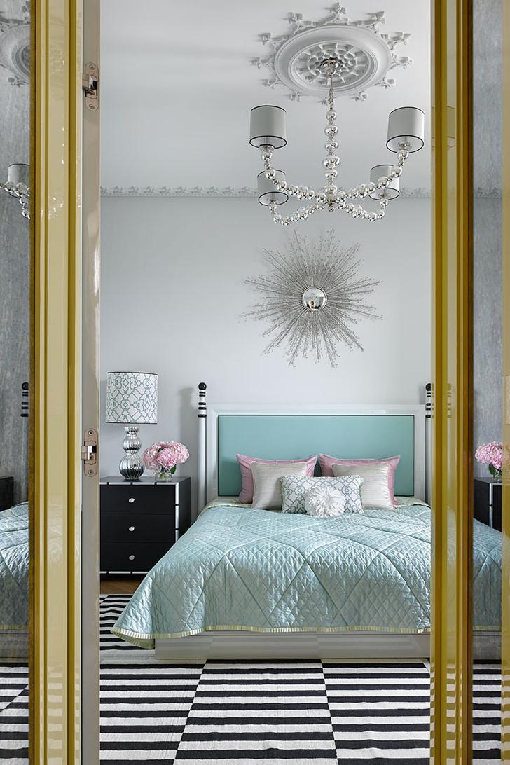 Спальня. Кровать с изголовьем, зеркало и прикроватные тумбочки изготовлены на заказ по чертежам Натальи Вольных. Люстра и настольные лампы, Vaughan.