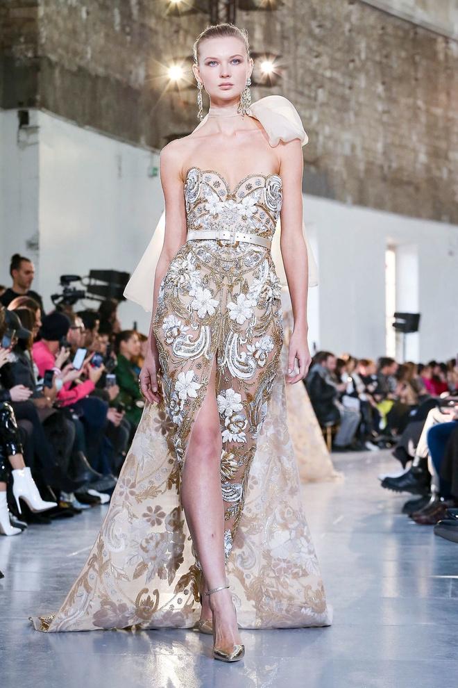 Вырезы в форме галстука и сотни тысяч кристаллов: Elie Saab Haute Couture 2020 (фото 36.1)