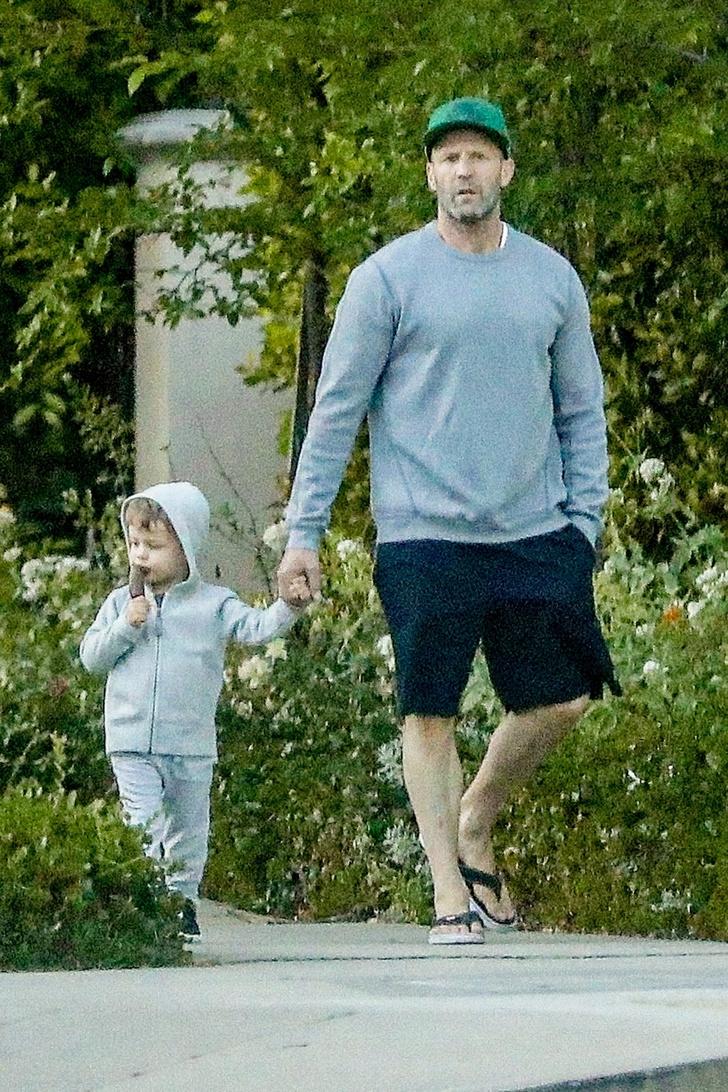 Папа может: Джейсон Стэтхэм даже на прогулке с сыном выглядит брутально (фото 1)