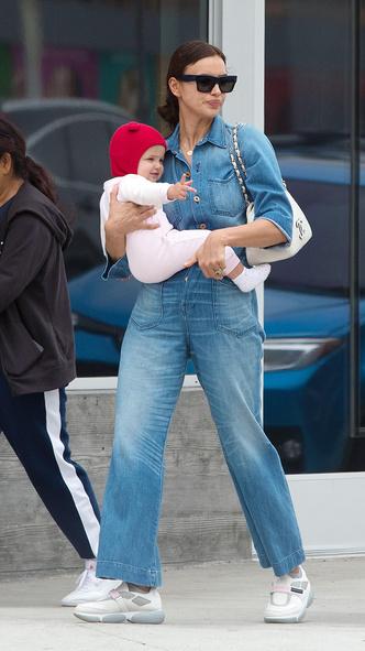 Фото дня: счастливая Ирина Шейк на прогулке с дочерью (фото 1.1)