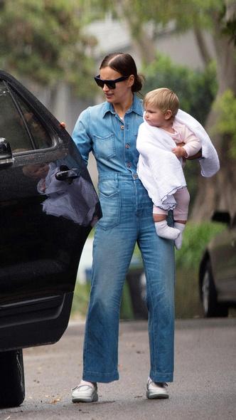 Фото дня: счастливая Ирина Шейк на прогулке с дочерью (фото 2.1)