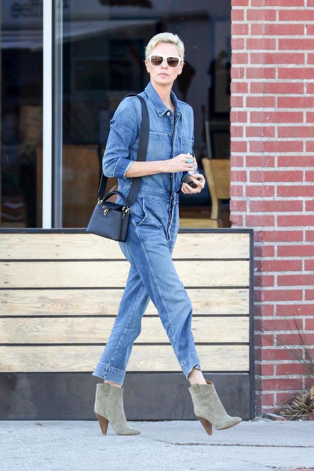 Как носить джинсовый тотал-лук? Показывает Шарлиз Терон (фото 1)