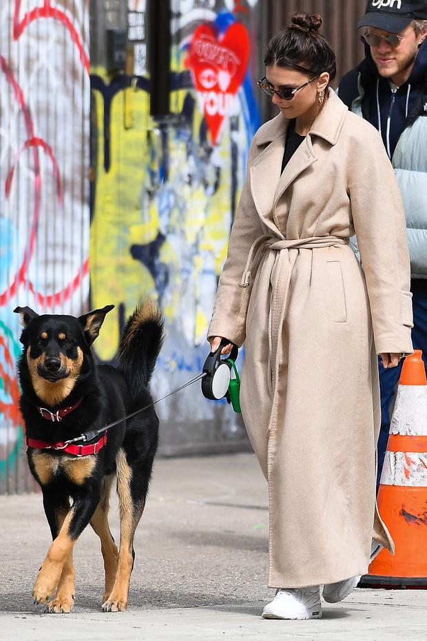 Очень длинное пальто + кепка: модный урок от Эмили Ратаковски (фото 1)