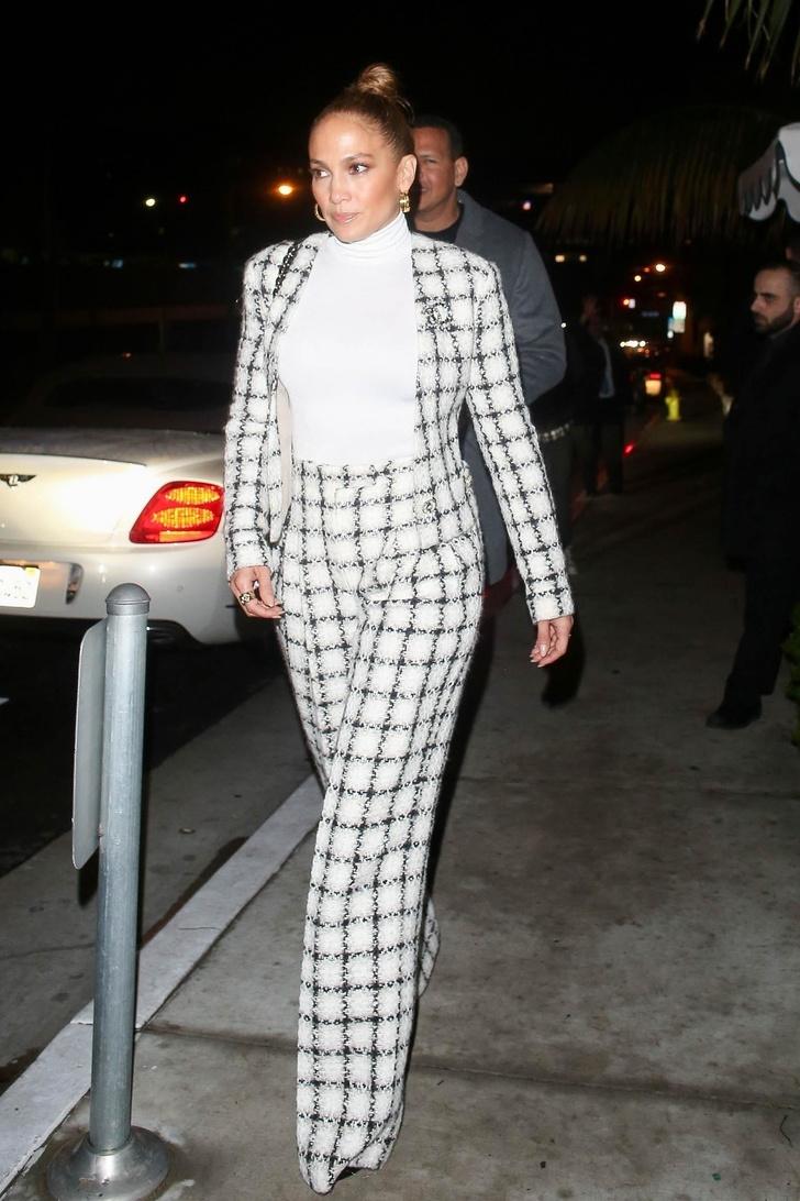 В кутюрном Chanel на семейный ужин: Дженнифер Лопес как всегда ни в чем себе не отказывает (фото 1)