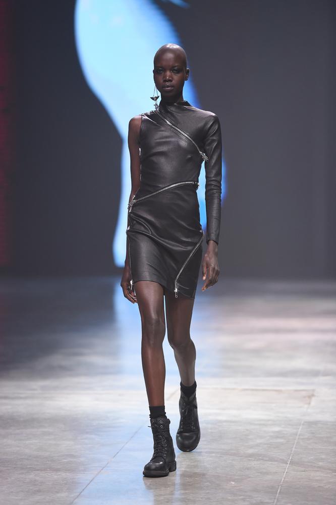 diesel осень-зима 2014-2015 кожаное платье и грубые ботинки
