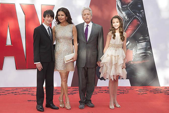 Майкл Дуглас и Кэтрин Зета-Джонс с сыном Диланом и дочерью Кэри