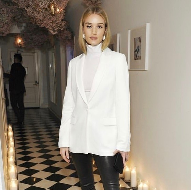 Белый пиджак и водолазка для ланча Роузи Хантингтон-Уайтли (фото 1)
