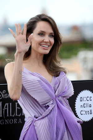 Жизнь в сиреневом цвете: Анджелина Джоли в Givenchy Haute Couture (фото 1.2)