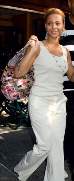 Бейонсе с сумкой Dolce & Gabbana