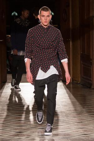 Показ Givenchy коллекции сезона Осень-зима 2017-2018 года Men prêt-à-porter - www.elle.ru - Подиум - фото 615688
