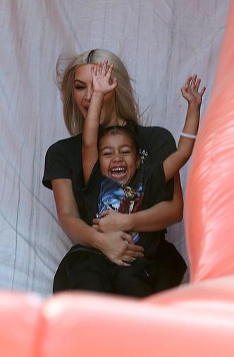 Фото дня: Ким Кардашьян на прогулке с детьми фото [3]