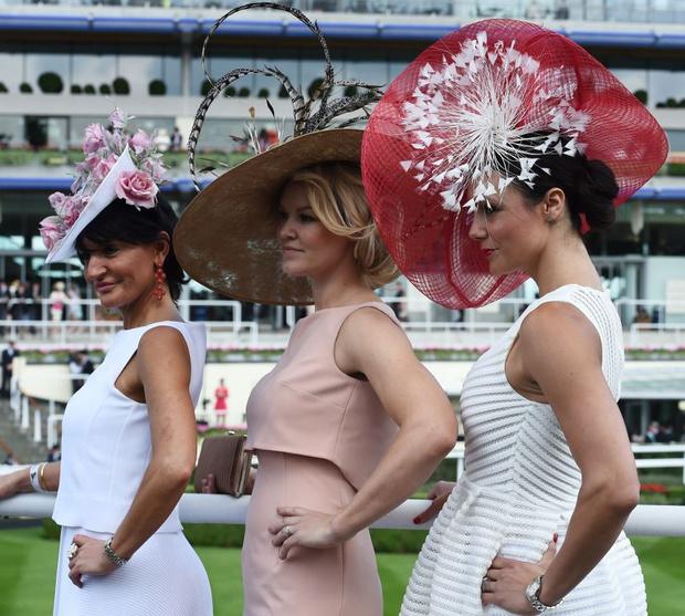 Фото №5 - Самые необычные шляпы гостей королевских скачек Аскот 2015