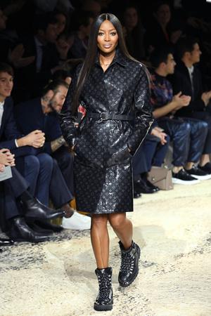 Наоми Кэмпбелл и Кейт Мосс закрыли шоу Louis Vuitton в Париже (фото 1)