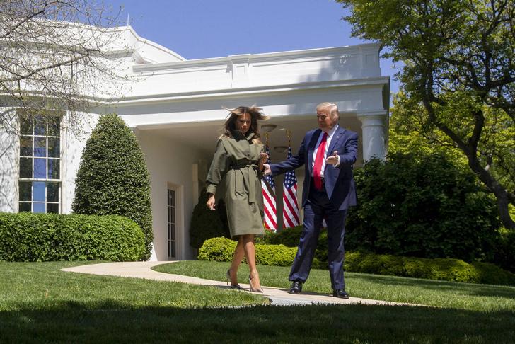 В туфлях Manolo Blahnik и с золотой лопатой: Мелания Трамп посадила дерево в саду Белого дома (фото 1)