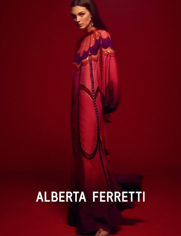 Главная супермодель 2019 года в рекламной кампании Alberta Ferretti (фото 4)