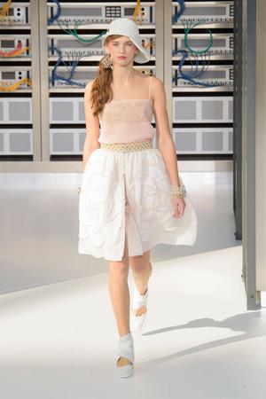Показ Chanel коллекции сезона Весна-лето  2017 года Prêt-à-porter - www.elle.ru - Подиум - фото 607927