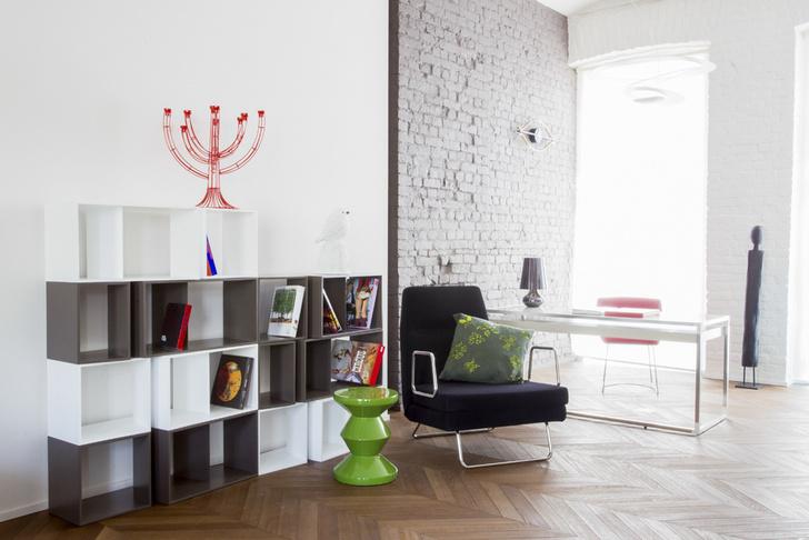 Стеллаж Cuts, дизайн Филиппа Нигро, письменный стол Contours, дизайн Дидье Гомеса, подушка от Tord Boontje.