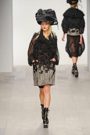 Показы мод John Rocha Осень-зима 2011-2012 | Подиум на ELLE - Подиум - фото 2296