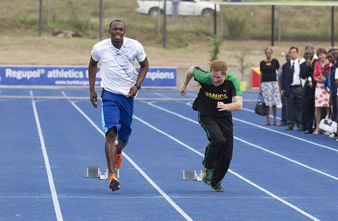 Принц Гарри в шутку соревнуется с чемпионом по бегу Усейном Болтом