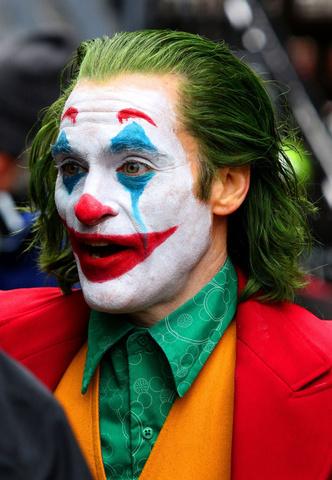 Воплощенное безумие: новые фото Хоакина Феникса в образе Джокера (фото 1.2)