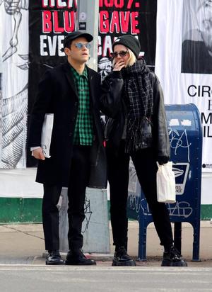 Сладкая парочка: Рами Малек и Люси Бойнтон на прогулке (фото 1.2)