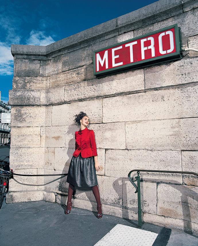 Платье, Etro; жакет, Moschino; босоножки, D&G ; колготки, Wolford