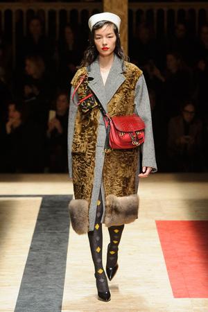 Показы мод Prada Осень-зима 2016-2017 | Подиум на ELLE - Подиум - фото 4529