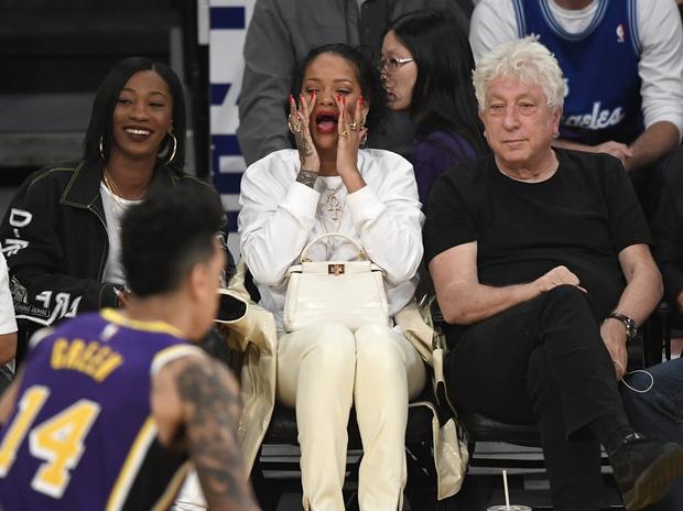 Никакого минимализма: Рианна надела на баскетбольный матч все самое лучшее (фото 1)