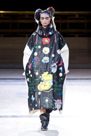 Показ Yohji Yamamoto коллекции сезона Осень-зима 2014-2015 года prêt-à-porter - www.elle.ru - Подиум - фото 582607