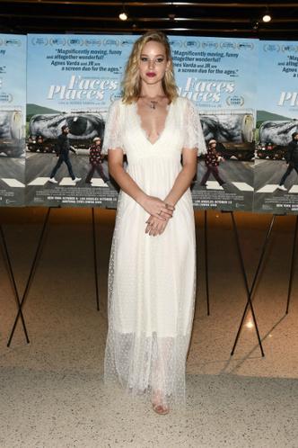 Дженнифер Лоуренс и Анджелина Джоли на премьере фильма «Лица, деревни» фото [6]