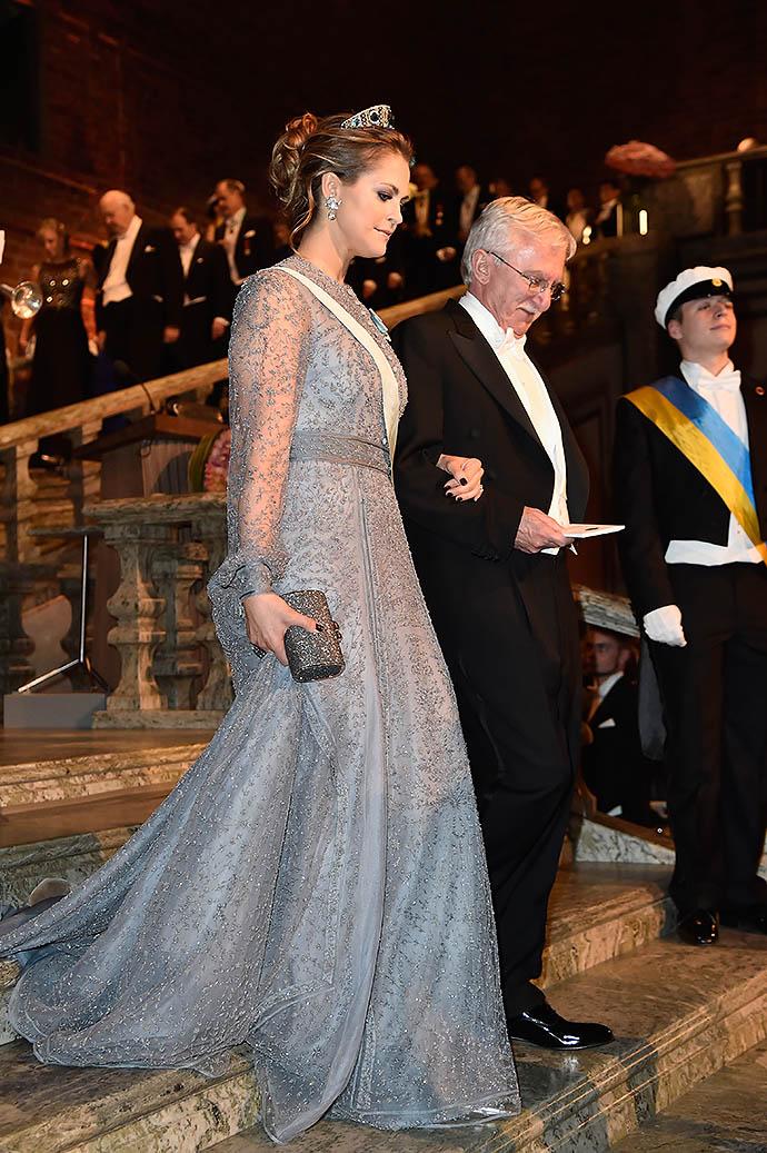 Второй победитель в номинации по химии Пол Модрич (США) в сопровождении младшей из трех принцесс Мадлен