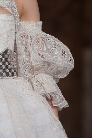 Показ Alexander McQueen коллекции сезона Осень-зима 2013-2014 года Prêt-à-porter - www.elle.ru - Подиум - фото 545620
