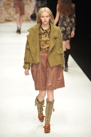 Показы мод Betty Jackson Осень-зима 2010-2011 | Подиум на ELLE - Подиум - фото 2789