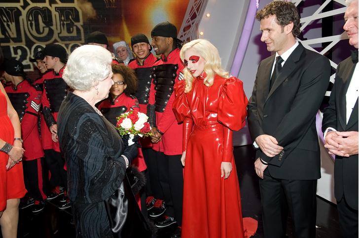 Что звезды надевали на встречу с королевой Елизаветой II? (фото 36)