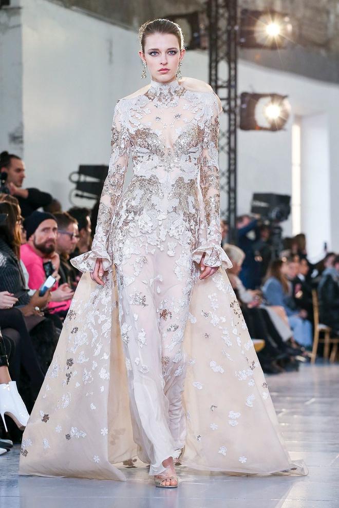 Вырезы в форме галстука и сотни тысяч кристаллов: Elie Saab Haute Couture 2020 (фото 36.2)