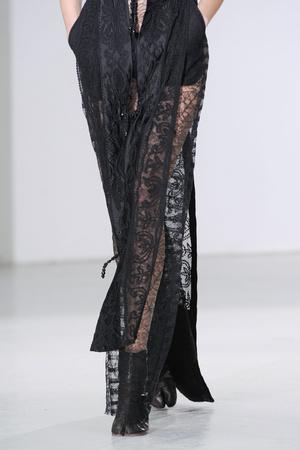 Показ Maison Martin Margiela коллекции сезона Осень-зима 2012-2013 года Haute couture - www.elle.ru - Подиум - фото 405131