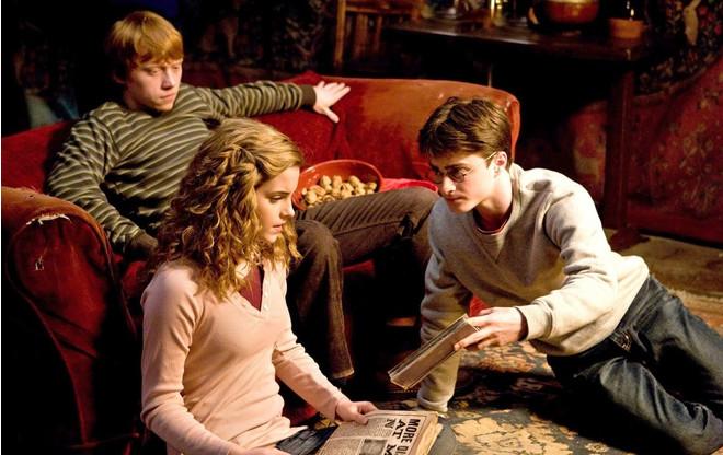 Творит чудеса: Джоан Роулинг поддерживает борьбу с вирусом и «запирает» Гарри Поттера дома (фото 1)