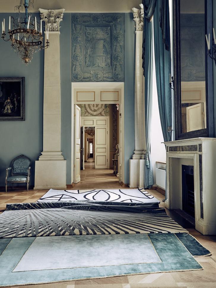 Дизайнерские ковры в классическом интерьере (фото 1)