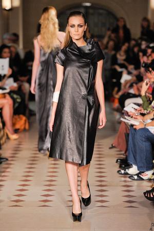 Показ Atelier Gustavo Lins коллекции сезона Осень-зима 2012-2013 года haute couture - www.elle.ru - Подиум - фото 404124