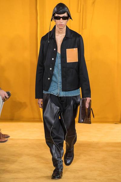 Сапоги-брюки и идеальные рубашки на показе Loewe Men's Fall 2019 (галерея 1, фото 1)