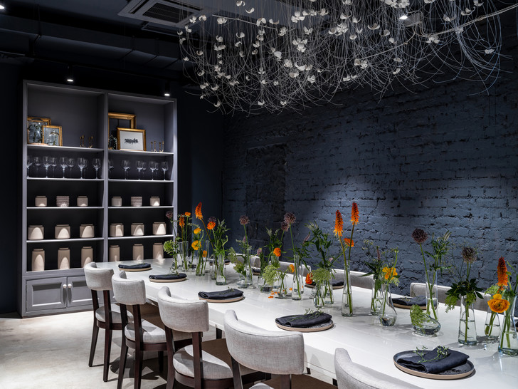 Монохромное кафе с кулинарией Lancheria в Москве (фото 16)