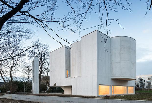 Бетонная церковь Алваро Сизы во Франции (фото 0)