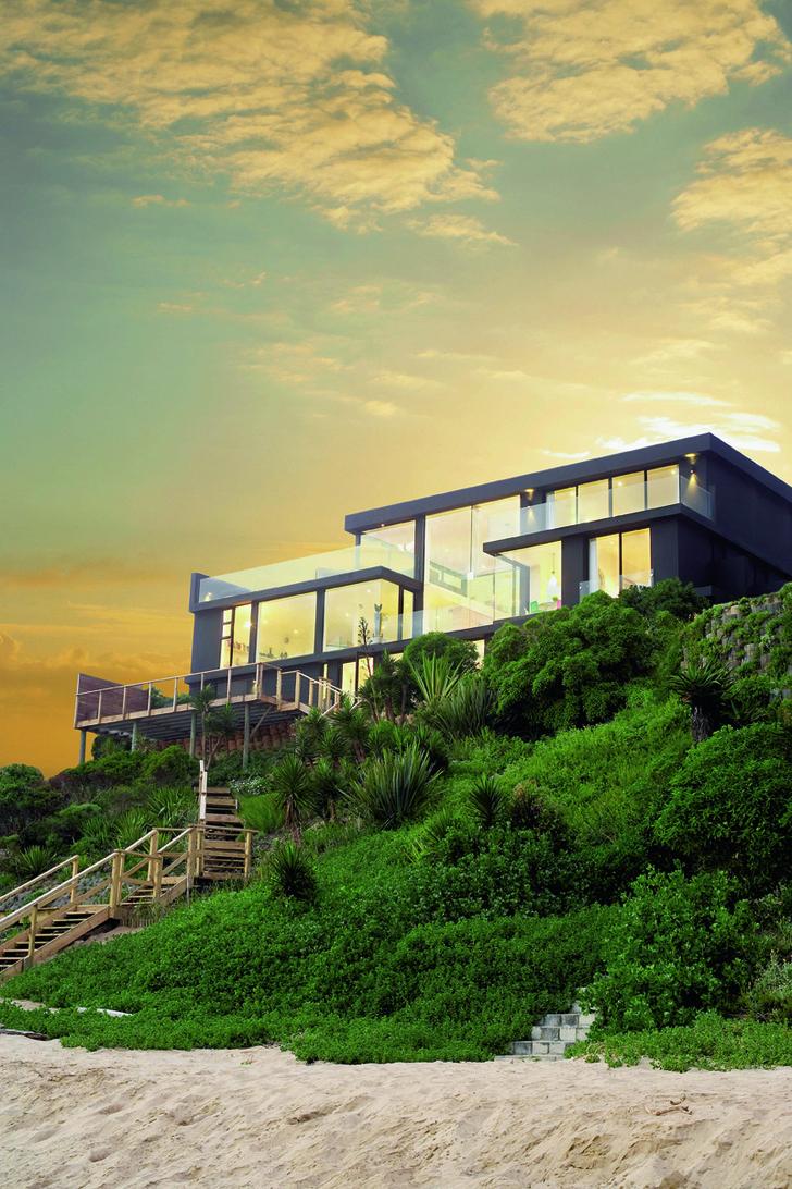 Фасад дома, обращенный к пляжу, почти полностью застеклен.