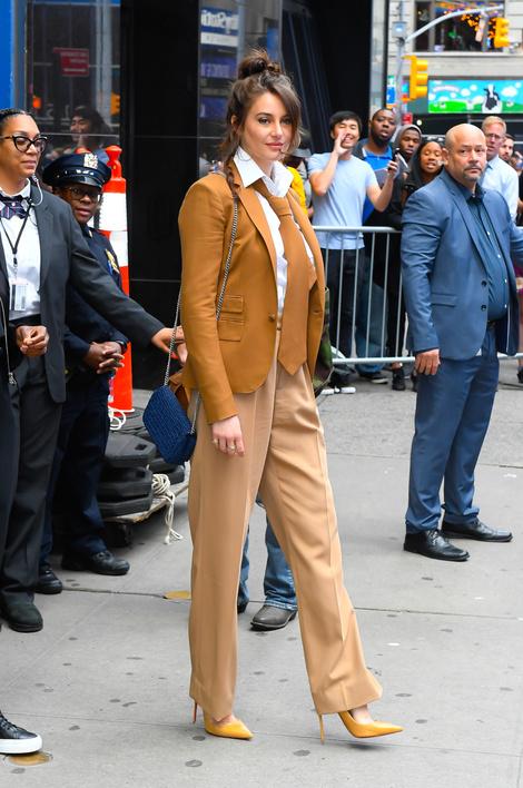 Мужской галстук и идеальные лодочки: Шейлин Вудли в Нью-Йорке (фото 1)