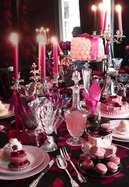 Канделябры, подставка для пирожных, все — Christofle; хрустальные бокалы, графин, все — Saint Louis; подставка под торт, Baccarat