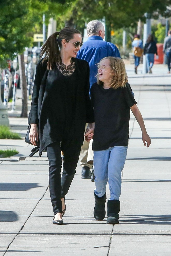 Счастливая мама: Анджелина Джоли на прогулке с дочерью Вивьен (фото 0)
