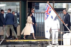 Белое платье и бежевое пальто: Меган Маркл и принц Гарри в Австралии (фото 5.1)