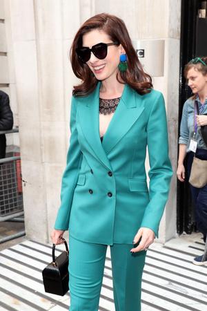 Как носить очень яркий костюм? Как Энн Хэтэуэй (фото 0.2)